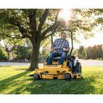 Tondeuse Hustler FASTRAK SDX en train de tondre la pelouse sur terrain plat