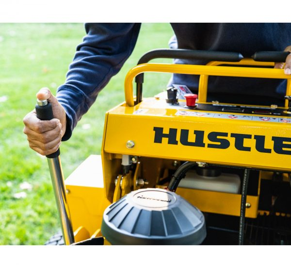 gros plan sur les commande et le levier de la Hustler Super S